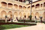 Los novios en el p�rtico de Monasterio de San Bartolom� de Lupiana