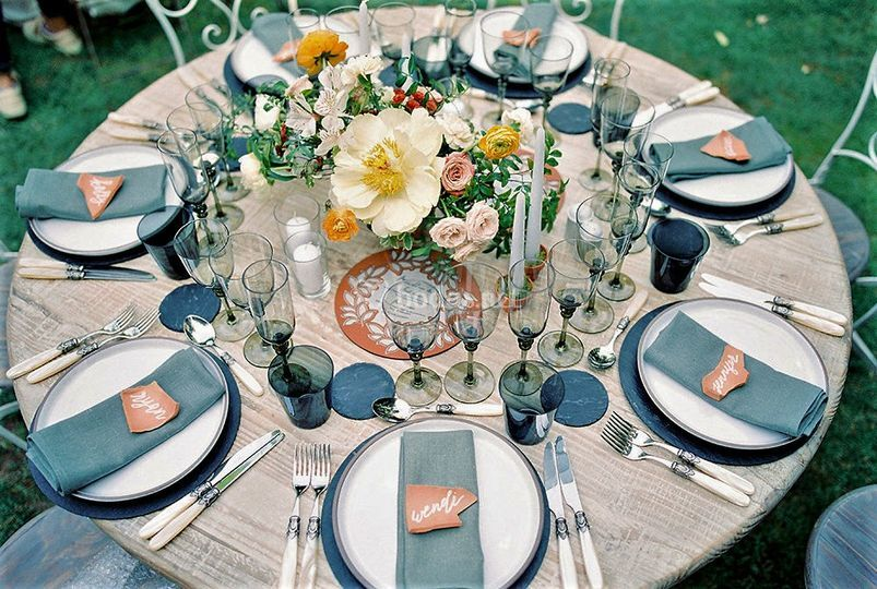 Una mesa rústica y elegante