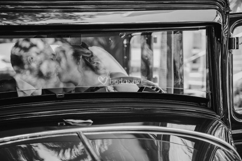 Novios en coche clásico