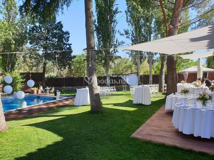 Espacio con jardín y piscina