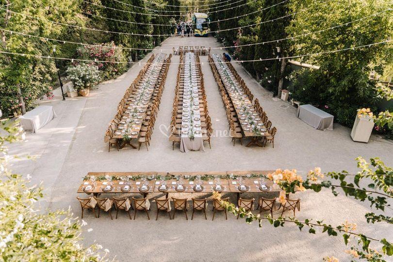 Banquete con mesas de madera