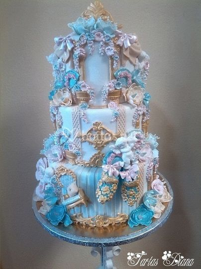 Tarta y mesa de dulces