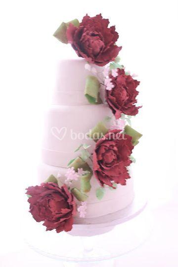 Tarta de boda blanca y peonia