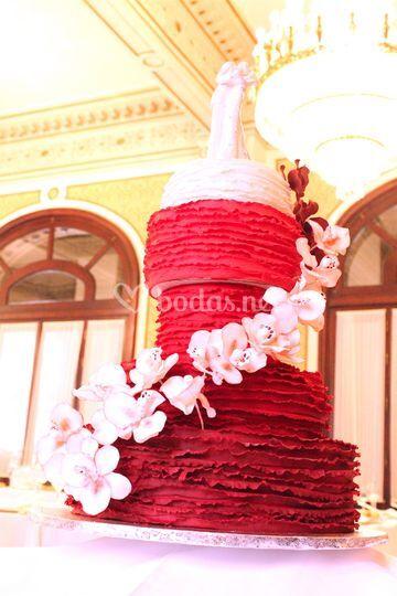 Tarta roja y blanca