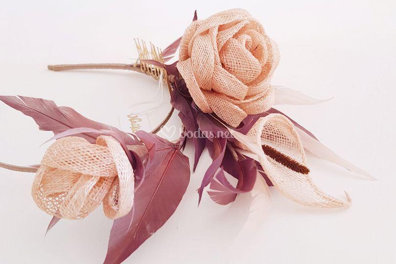 Flores sinamay y plumas nude