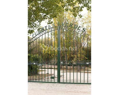 Entrada finca puertas verdes