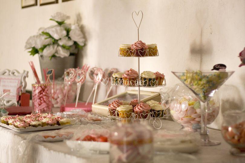 Mesa de dulces rosa y blanca