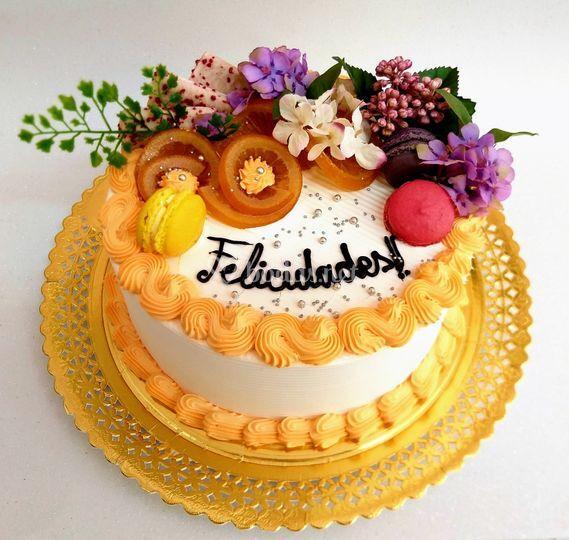 Tarta con flores artificiales