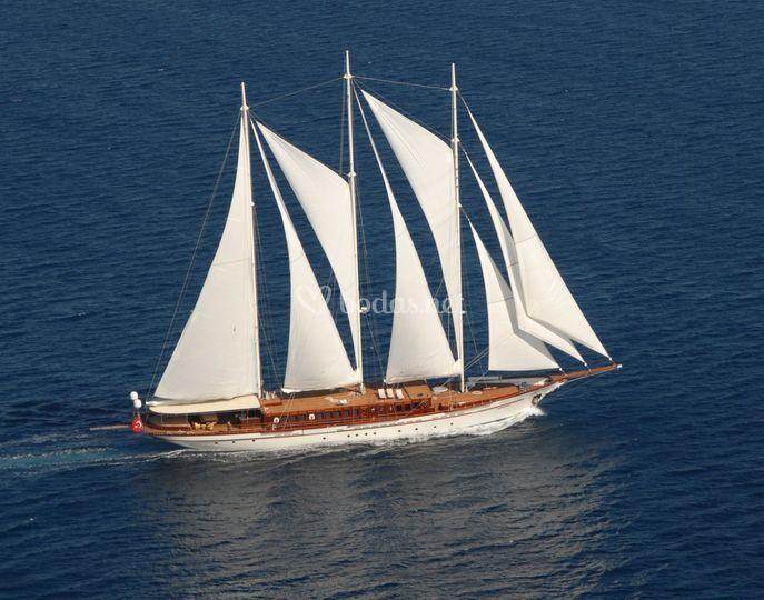 En barco