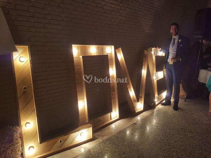 Letrero love iluminado