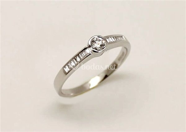 Anillo de pedida brillante central con bagués laterales