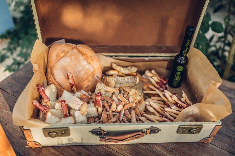 Mesa de jamón y pan