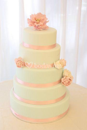 Tarta de boda de 5 pisos con peonias