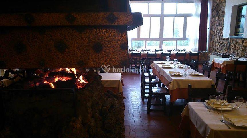 Restaurante con chimenea