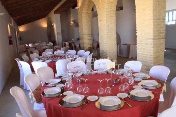 Mesa vestida con mantel burdeo