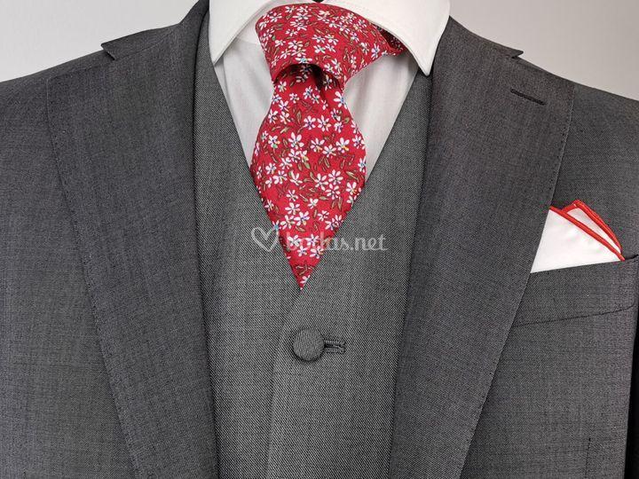 Gris con corbata flores roja