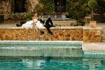 Románticos frente a la piscina