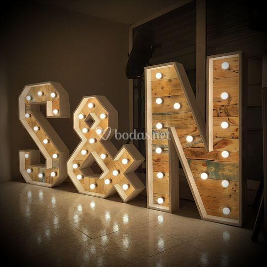 Letras maderas i bombillas