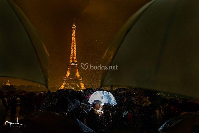 Novios en París lloviendo