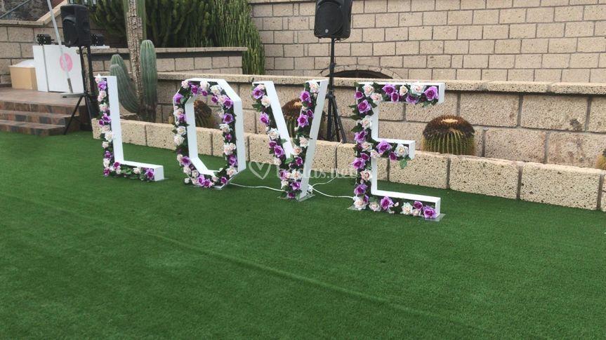Letras love con flores
