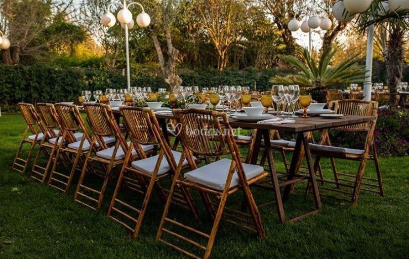 Mesa rústica con bambú