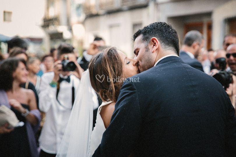 Beso al salir de la iglesia