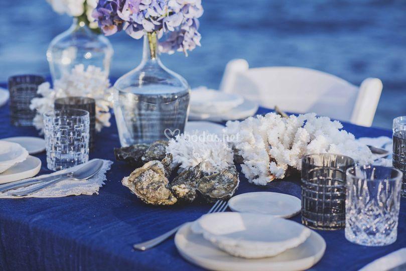 Detalle mesa junto al mar