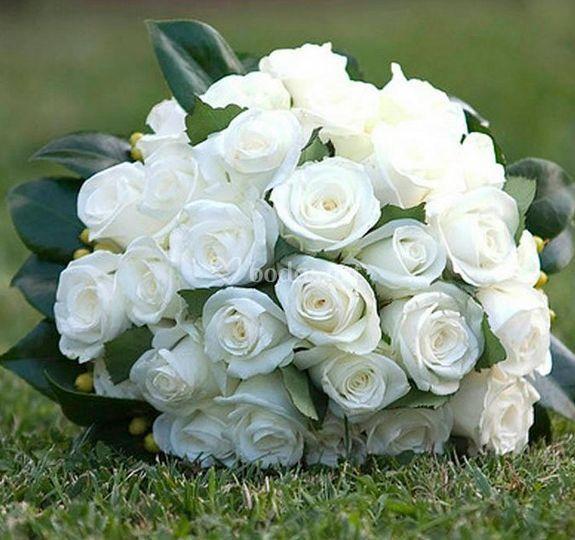 Ramo de novia de rosas blancas de Floristería Mística