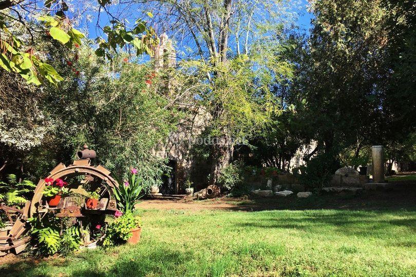 Jardín delantero y capilla