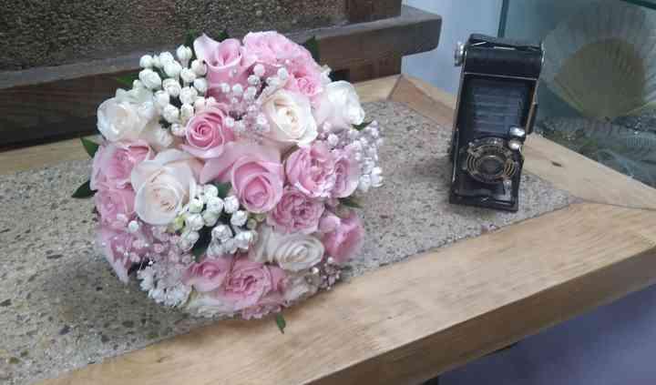 Ramo rosas con boubardia