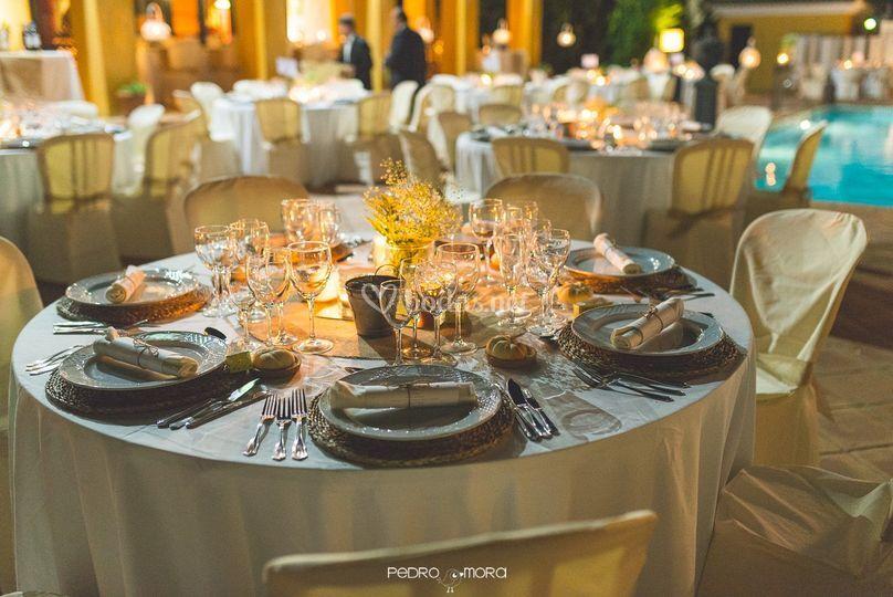 Mesas boda junto piscina