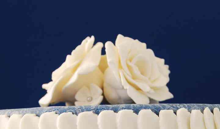 Tarta de boda blanca y azul
