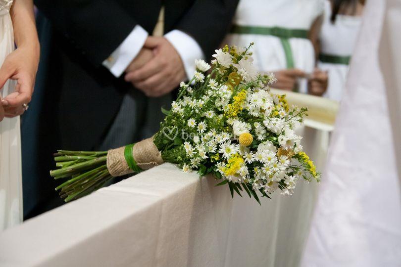 Ramo de margaritas y craspedias de Un Patio con flores