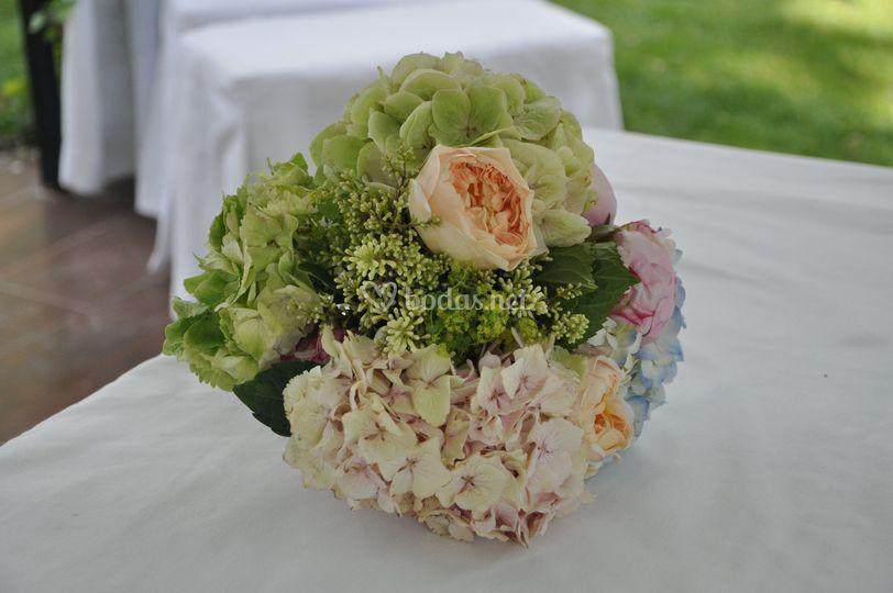 Ramo de hortensias y rosas aus