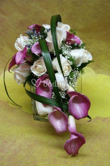 Ramo caida calas y rosas