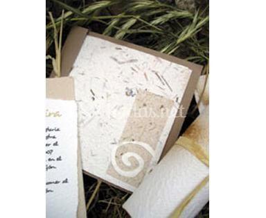 Invitaciones rústicas con trozos de heno en el papel.