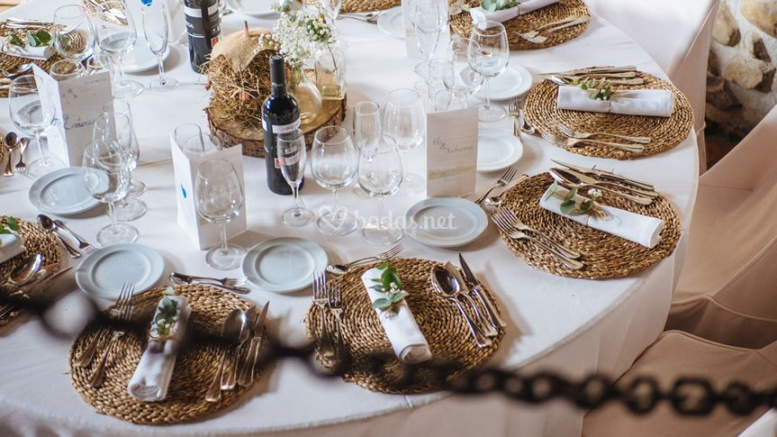 Mesa de boda mantel blanco.