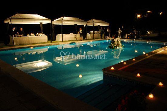 Para boda en la piscina