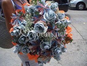 Ramo de rosas realizadas con billetes