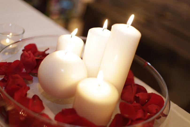 Centro de mesa con velas y pétalos de rosa