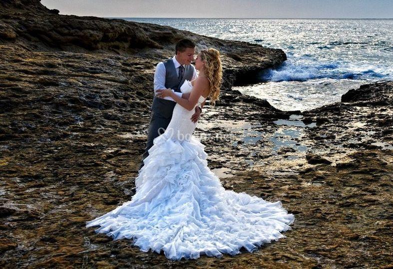 Besándose junto al mar