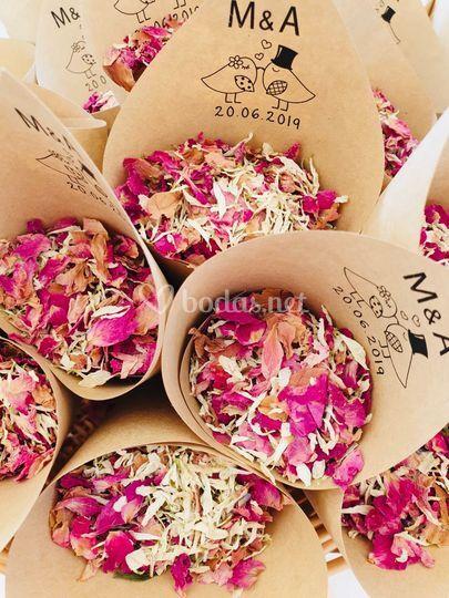 Conos de confeti de flores