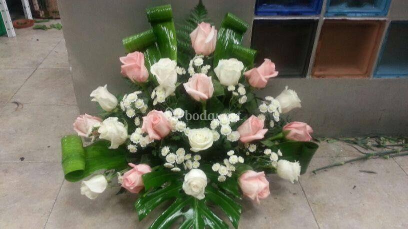 Centro de rosas en dos tonos