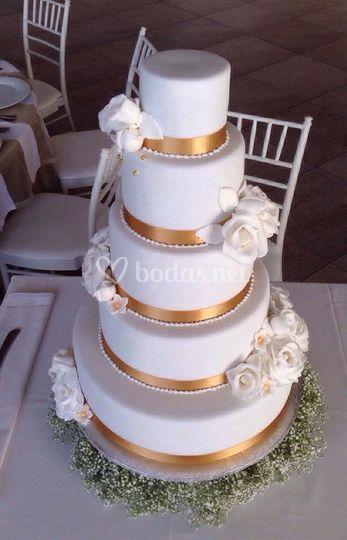 Tarta de 5 pisos toques dorado de American Cupcakes