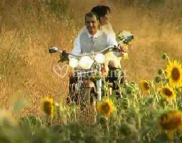 Los novios con su moto