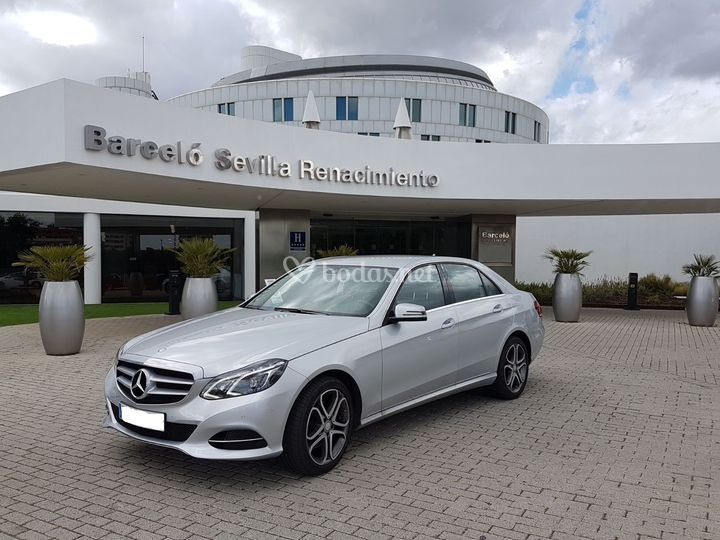 Mercedes-Benz E class plateado