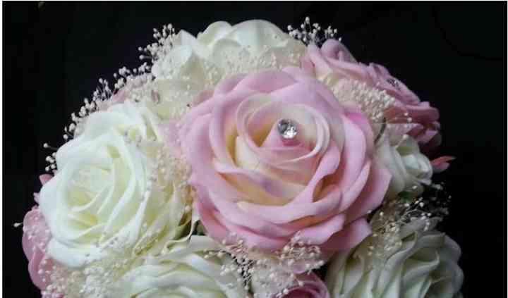 Ramo de rosas rosas y blancas