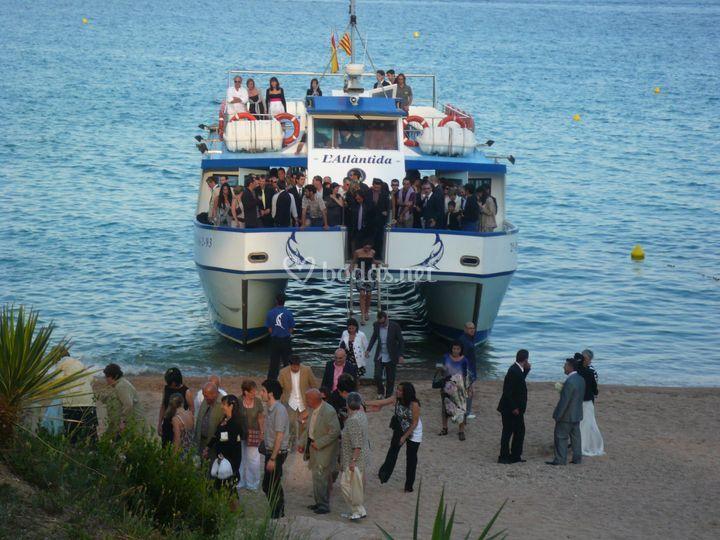 Los invitados llegan en barco