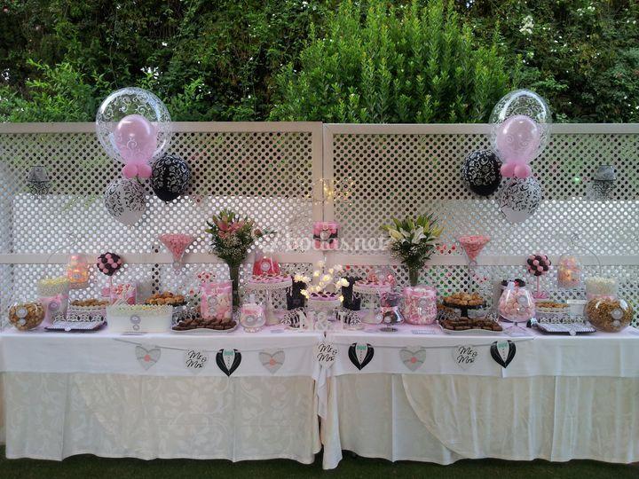 Mesa rosa, negra y blanca