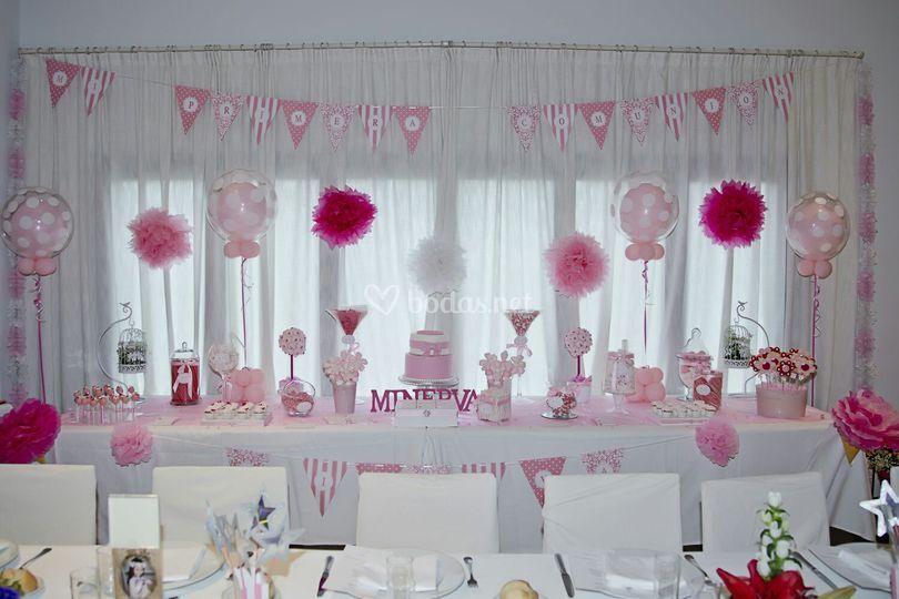 Mesa en tonos rosas y blanco